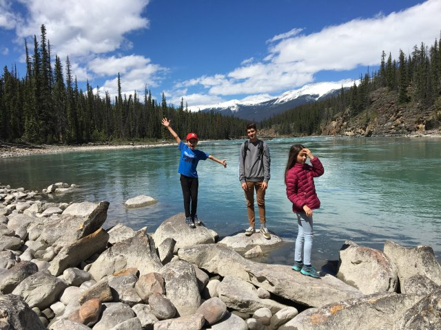 Guide to Icefields Parkway group photo on Athabasca River